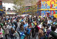 開園した「レゴランド・ジャパン」に詰めかけた大勢の来園者たち=名古屋市港区で2017年4月1日午前8時56分、兵藤公治撮影