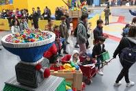 開業した「レゴランド・ジャパン」に詰めかけた人たち=名古屋市港区で2017年4月1日午前8時57分、兵藤公治撮影