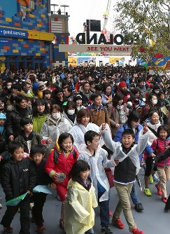 開業した「レゴランド・ジャパン」に詰めかけた大勢の人たち=名古屋市港区で2017年4月1日午前8時52分、兵藤公治撮影