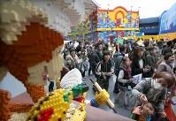 開業した「レゴランド・ジャパン」に詰めかけた大勢の人たち=名古屋市港区で2017年4月1日午前8時56分、兵藤公治撮影