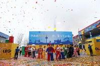 開園を記念してダンスなどの演出で華やかに盛り上げる「グランドオープニングセレモニー」=名古屋市港区の「レゴランド・ジャパン」で2017年4月1日午前8時35分、兵藤公治撮影