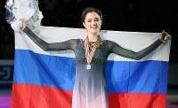 女子シングルで優勝し、笑顔を見せるメドベージェワ=フィンランド・ヘルシンキで2017年3月31日、佐々木順一撮影