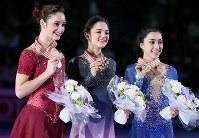 女子シングルの表彰式で笑顔を見せる(左から)2位のオズモンド、優勝したメドベージェワ、3位のデールマン=フィンランド・ヘルシンキで2017年3月31日、佐々木順一撮影