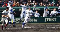 【大阪桐蔭―履正社】八回裏履正社2死一、二塁、浜内が2点二塁打を放ち、塁を回る=阪神甲子園球場で2017年4月1日、三浦博之撮影