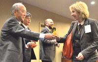 各国の政府代表らに折り鶴を手渡す藤森さん(左)=ニューヨークの国連本部で2017年3月31日、竹内麻子撮影