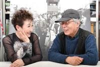 加藤登紀子さん(左)と広河隆一さん=徳野仁子撮影