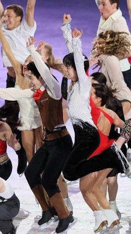 エキシビション終了後の写真撮影でジャンプする羽生結弦(中央)ら=フィンランド・ヘルシンキで2017年4月2日、佐々木順一撮影