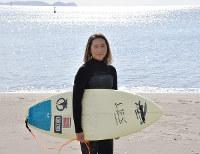 プロサーファーの武知実波さん=徳島県阿南市中林町の北の脇海水浴場で、松山文音撮影
