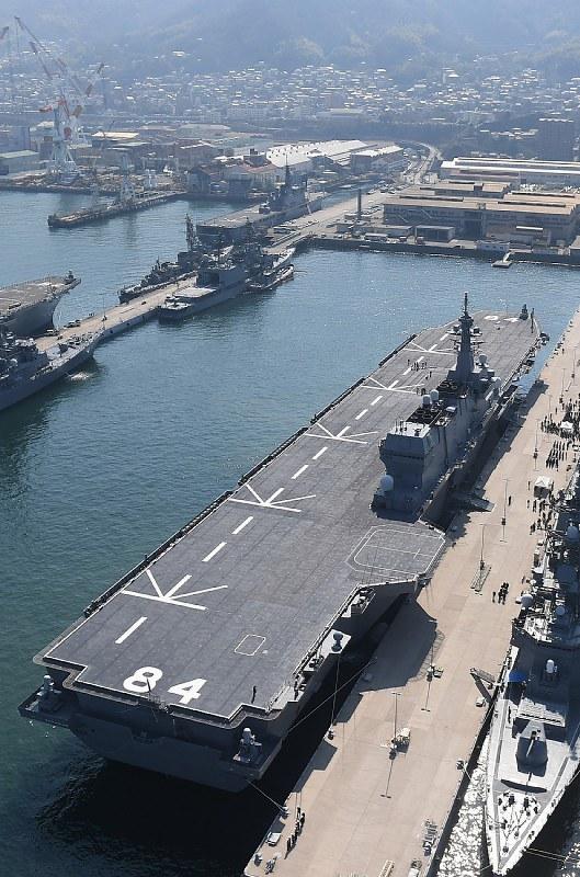 海自護衛艦:空母型「かが」、呉基地初入港 - 毎日新聞