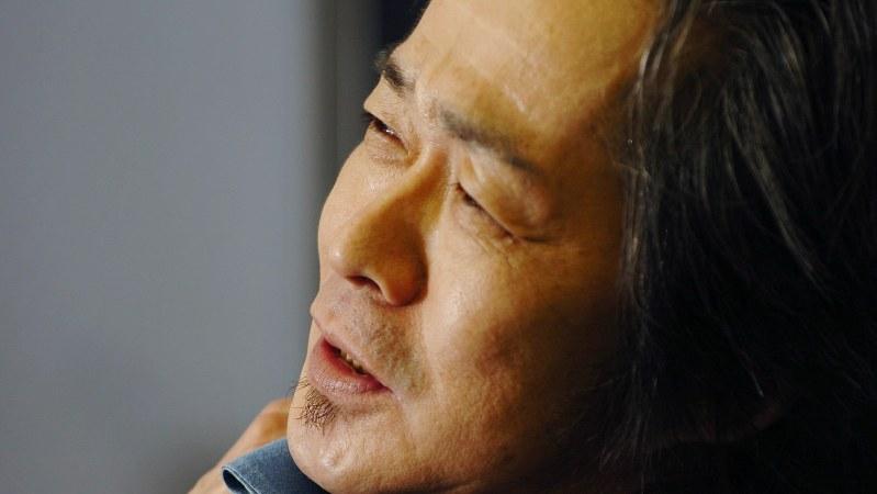 インタビューに答える忌野清志郎さん=大阪市で2006年2月9日