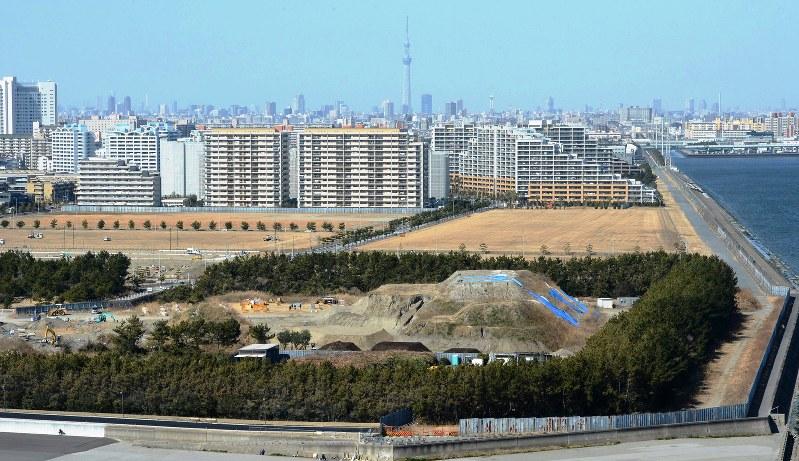 上空から見た震災2年後の浦安市街地。手前は液状化の噴砂を置いた公園=2013年