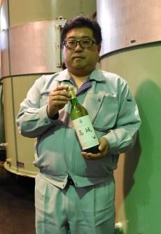 プラムワインを紹介する堀井さん