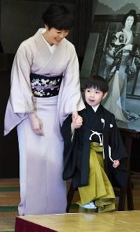 女優で母の寺島しのぶさんの手を握って報道陣の前に現れた寺嶋眞秀ちゃん(右)=東京・銀座で2017年4月4日、中村藍撮影