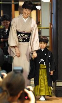 女優で母の寺島しのぶさんの手を握って報道陣の前に現れた寺嶋眞秀ちゃん=東京・銀座で2017年4月4日、中村藍撮影