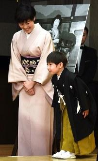 女優で母の寺島しのぶさんに見守られながら、あいさつする寺嶋眞秀ちゃん(右)=東京・銀座で2017年4月4日、中村藍撮影