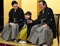 祖父で歌舞伎役者の尾上菊五郎さん(右)と叔父の菊之助さん(左)に囲まれて、報道陣の質問に答える寺嶋眞秀ちゃん=東京・銀座で2017年4月4日、中村藍撮影