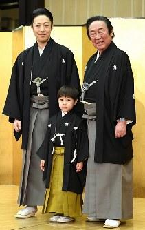 祖父で歌舞伎役者の尾上菊五郎さん(右)と叔父の菊之助さん(左)と記念撮影におさまる寺嶋眞秀ちゃん=東京・銀座で2017年4月4日、中村藍撮影