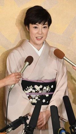 長男、寺嶋眞秀ちゃんの初舞台について、報道陣の取材に答える女優の寺島しのぶさん=東京・銀座で2017年4月4日、中村藍撮影
