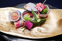 きょうの噺は上方落語屈指の大ネタ「百年目」。料理は鯛の子の含め煮(左端)、菜の花のおひたし(右端)、手綱巻(手前左)など8種=大阪市阿倍野区で、三村政司撮影