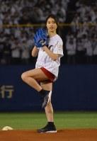 始球式を務めた女優の土屋太鳳さん=千葉市美浜区のZOZOマリンスタジアムで