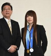 北橋市長に冬季アジア大会金メダルを報告した村田選手