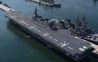 呉基地に入港した海上自衛隊の護衛艦「かが」=広島県呉市で2017年4月3日午前9時41分、本社ヘリから久保玲撮影