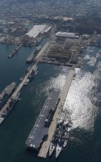 呉基地に入港した海上自衛隊の護衛艦「かが」(手前)=広島県呉市で2017年4月3日午前9時44分、本社ヘリから久保玲撮影