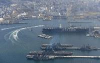 呉基地に入港した海上自衛隊の護衛艦「かが」(手前から2隻め)=広島県呉市で2017年4月3日午前9時37分、本社ヘリから久保玲撮影