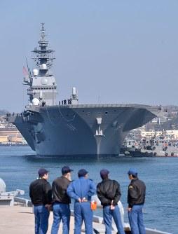 海上自衛隊呉基地に入港した護衛艦かが=広島県呉市で2017年4月3日午前9時19分、山田尚弘撮影