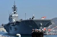海上自衛隊呉基地に入港した新護衛艦「かが」=広島県呉市で2017年4月3日午前9時21分、山田尚弘撮影