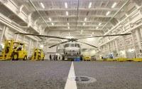 哨戒ヘリなど9機が収容できる護衛艦「かが」の格納庫。幅21メートル、高さ8メートルある=広島県呉市で2017年4月3日午前10時47分、山田尚弘撮影