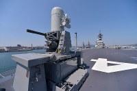 護衛艦「かが」の飛行甲板。画面左は機関砲=広島県呉市で2017年4月3日午前11時1分、山田尚弘撮影