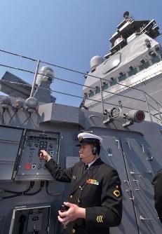 護衛艦「かが」の飛行甲板と格納庫を行き来するエレベーターを操作する隊員=広島県呉市で2017年4月3日午前11時10分、山田尚弘撮影