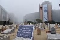 EU本部の前に設けられたシリア内戦で命を落とした子どもの「墓地」