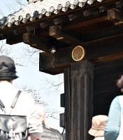 姫路城の大手門に設置された防犯カメラ(中央上)=兵庫県姫路市本町で、待鳥航志撮影