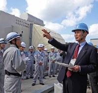 熊本地震の影響を検証するため、九電が川内原発で実施した特別点検を視察する三反園知事(右)=昨年11月(代表撮影)