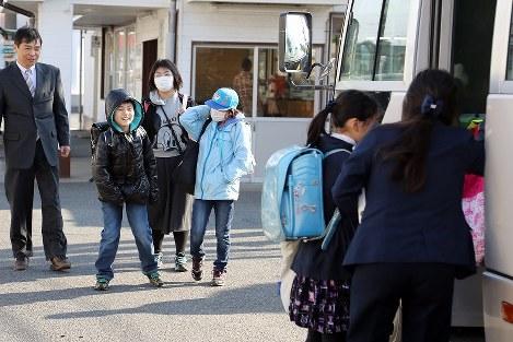 楢葉町の学校に通うため、広野駅で電車からスクールバスに乗り換える児童たち=福島県広野町で2017年4月6日午前7時40分、喜屋武真之介撮影