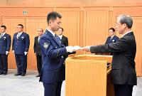 指定書を交付する上野正史・高知県警本部長=高知市丸ノ内2の県警本部で、松原由佳撮影
