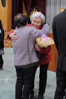 卒業式で在校生から花束を受け取る中谷秀子さん(右)=京都市下京区の洛友中で2017年3月15日、岡崎英遠撮影