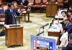 森友学園の国有地取得問題について答弁する安倍晋三首相(左)と質問を続けるため挙手する民進党の蓮舫代表=2017年3月6日、川田雅浩撮影