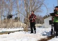 ドローンを使ってヒグマを追跡する関係者=標津町の伊茶仁川下流で