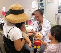 ステロイド外用剤を使わずにアトピー性皮膚炎を治療する佐藤美津子医師=堺市で