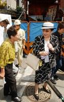 「がんばって」と被災した行野弘子さん(左)を励ます京唄子さん=大阪市中央区道頓堀1で2002年9月16日午前、中村真一郎写す