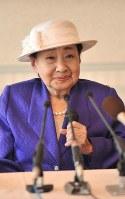 腰椎を圧迫骨折し舞台降板の会見をする京唄子さん=大阪市内のホテルで2009年4月28日、宮間俊樹撮影