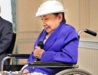 腰椎を圧迫骨折し車椅子に乗って舞台降板の会見をする京唄子さん=大阪市内のホテルで2009年4月28日、宮間俊樹撮影