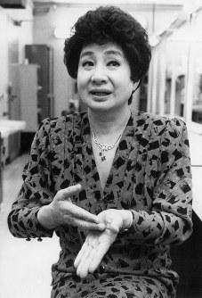 「人を見る目はあります」容疑者を見破った京唄子さん=1987年