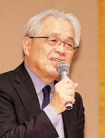 21世紀フォーラムの例会で講演する作家の葉室麟さん=大阪市北区で2016年4月6日、幾島健太郎撮影