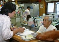 記者の質問に答える松島興治郎さん(右)=豊岡市立コウノトリ文化館で9月16日、池田啓さん写す