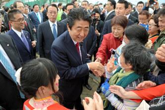 「富岡町復興の集い」の会場に到着した安倍晋三首相(中央)=福島県富岡町で2017年4月8日午前11時43分(代表撮影)