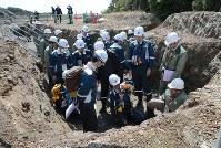浜岡原発敷地内で調査をする原子力規制委のメンバーら=御前崎市で